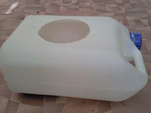 Kupalka dla szynszyli z plastikowego kanistra